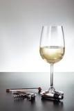 Accesorios blancos de la copa de vino y del vino Fotografía de archivo