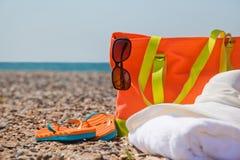 Accesorios brillantes en la playa Fotos de archivo libres de regalías