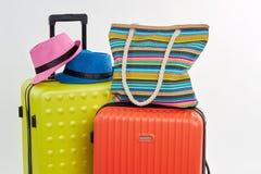 Accesorios brillantes en las maletas del verano Fotografía de archivo