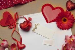 Accesorios brillantes hermosos para el día del ` s de la tarjeta del día de San Valentín Imagen de archivo libre de regalías