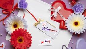 Accesorios brillantes hermosos para el día del ` s de la tarjeta del día de San Valentín Imagenes de archivo