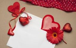 Accesorios brillantes hermosos para el día del ` s de la tarjeta del día de San Valentín Foto de archivo libre de regalías