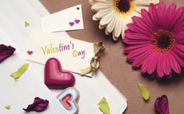 Accesorios brillantes hermosos para el día del ` s de la tarjeta del día de San Valentín Fotos de archivo libres de regalías