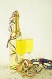 Accesorios, champán, flámulas y máscara divertidos Foto de archivo libre de regalías