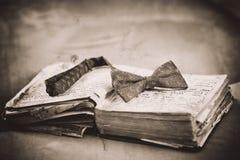 Accesorios clásicos del novio: corbata de lazo azul Imagen de archivo libre de regalías