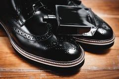 Accesorios clásicos del ` s de los hombres Zapatos con perfume Fotos de archivo
