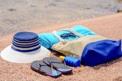 Accesorios clasificados de la playa en la arena Foto de archivo
