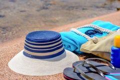 Accesorios clasificados de la playa en la arena Imagen de archivo