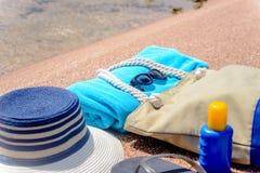 Accesorios clasificados de la playa en la arena Fotos de archivo libres de regalías