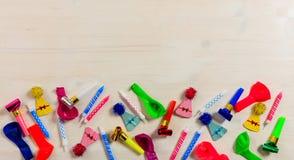 Accesorios coloridos del partido en el fondo de madera, niew superior, espacio de la copia Imágenes de archivo libres de regalías