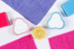 Accesorios coloridos y detergentes no tóxicos para el hogar de limpieza, concepto de los deberes del hogar Imagen de archivo