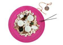Accesorios con el medallón, velas, flores del balneario Fotos de archivo libres de regalías
