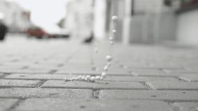 Accesorios con estilo Los vaqueros de las anclas y de las cadenas de las pulseras caen en el asfalto, caída de la perla, cierre e metrajes
