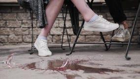 Accesorios con estilo Los vaqueros de las anclas y de las cadenas de las pulseras caen en el asfalto, caída de la perla, cierre e almacen de video