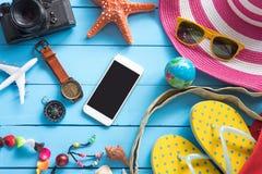 Accesorios con la mujer para el verano del viaje En piso de madera azul Fotos de archivo