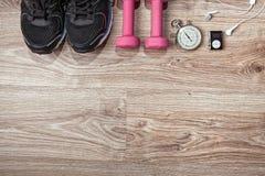 Accesorios corrientes del deporte en el piso de madera Imagen de archivo libre de regalías