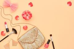 Accesorios cosméticos del maquillaje de la moda esencial Imágenes de archivo libres de regalías