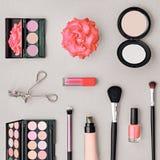 Accesorios cosméticos del maquillaje de la moda esencial Imagenes de archivo