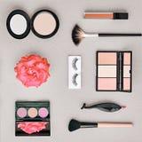 Accesorios cosméticos del maquillaje de la moda esencial Fotos de archivo