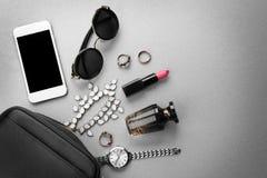 Accesorios, cosméticos, perfume y teléfono Foto de archivo libre de regalías