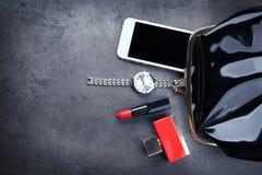 Accesorios, cosméticos, perfume y teléfono Imagenes de archivo