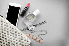 Accesorios, cosméticos, perfume y teléfono Imagen de archivo libre de regalías