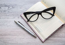 Accesorios, cuaderno, pluma y vidrios del negocio Fotografía de archivo