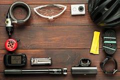Accesorios de ciclo usados viejos en la tabla de madera Fotografía de archivo