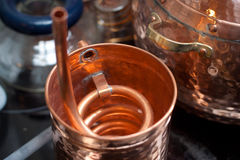 Accesorios de cobre para la destilación foto de archivo libre de regalías