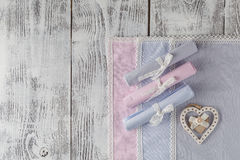 Accesorios de costura Botones de madera, carretes de hilos y tela Fotos de archivo libres de regalías