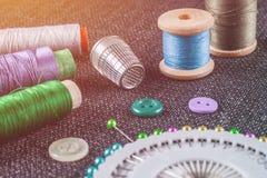 Accesorios de costura: carretes de los hilos, agujas, dedal, botones Fotos de archivo libres de regalías