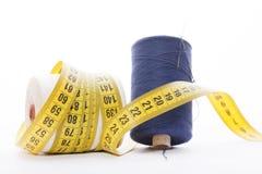 Accesorios de costura - cuerdas y cinta métrica del sastre Foto de archivo