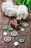 Accesorios de costura de los hilos y de los botones Imagen de archivo libre de regalías