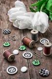 Accesorios de costura de los hilos y de los botones Fotografía de archivo