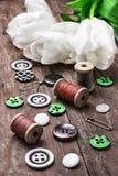 Accesorios de costura de los hilos y de los botones Fotos de archivo