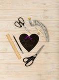 Accesorios de costura del color y del corazón púrpuras con una inscripción Fotos de archivo libres de regalías