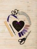 Accesorios de costura del color y del corazón púrpuras con una inscripción Imagenes de archivo