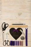 Accesorios de costura del color y del corazón púrpuras con una inscripción Imagen de archivo libre de regalías