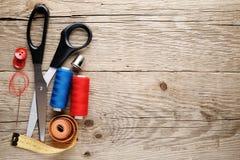 Accesorios de costura en la madera Foto de archivo