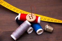 Accesorios de costura en la madera Foto de archivo libre de regalías