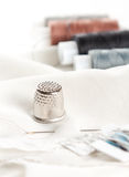 Accesorios de costura en la superficie blanca Imágenes de archivo libres de regalías