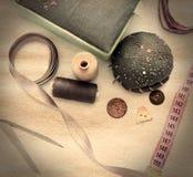 Accesorios de costura en la tabla Fotos de archivo libres de regalías