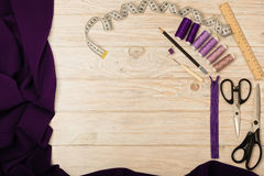 Accesorios de costura en un fondo de madera ligero de la púrpura y del li Imágenes de archivo libres de regalías
