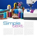 Accesorios de costura en una cesta y carretes de hilos al lado de la máquina de coser Imagen de archivo libre de regalías