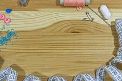 Accesorios de costura en una tabla de madera Pequeña empresa Afición de la renta Imagen de archivo