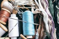 Accesorios de costura - hilos, agujas, pernos, hilado Estudio de costura Imagen de archivo libre de regalías