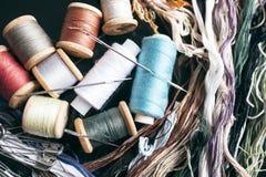 Accesorios de costura - hilos coloridos, agujas, hilado Imagen de archivo