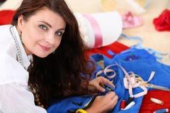 Accesorios de costura sonrientes del diseñador de moda de sexo femenino al styl retro Fotografía de archivo libre de regalías