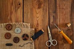 Accesorios de costura: tijeras, dedal, hilo, lezna, botones Imagen de archivo