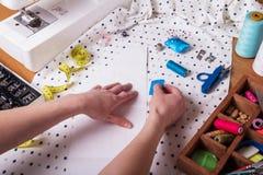 Accesorios de costura y máquina de coser, corte de la tela Fotos de archivo libres de regalías